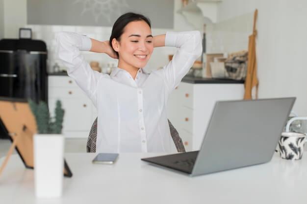 Женщина работает удаленно
